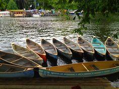 BERLIN, Bootsverleih 'Kanuliebe' mit Kanus und Retro-Tretbooten am Sommergarten auf der INSEL DER JUGEND in Treptow.  Relaxen, schlemmen, paddeln...