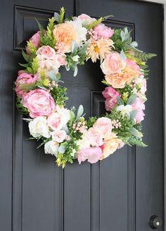DIY couronne de fleurs comme décoration accrocheuse de la porte d'entrée