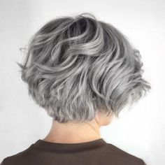 Layered Wavy Gray Bob - Beauty and Hair - Cheveux Short Layered Haircuts, Layered Bob Hairstyles, Hairstyles Over 50, Cool Hairstyles, Pixie Haircuts, Medium Hairstyles, Hairstyle Short, Pixie Hairstyles, Wedding Hairstyles