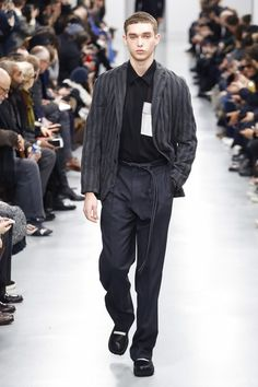 The complete Issey Miyake Fall 2018 Menswear fashion show now on Vogue Runway.