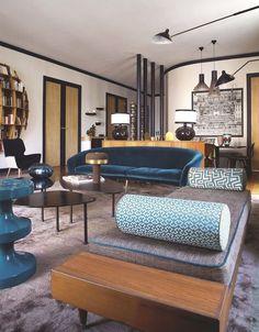 Jeu de couleurs et de matières pour un séjour chaleureux style années 1950. Plus de photos sur Côté Maison http://petitlien.fr/82t6