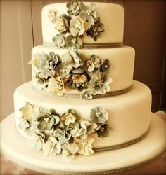 31 Unique and Chic Wedding Cake Designs. To see more: http://www.modwedding.com/2014/10/20/31-unique-chic-wedding-cake-designs/ #wedding #weddings #wedding_cake Featured Wedding Cake: Roxanne Floquet Cake Design