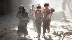 Eine syrische Frau, zwei Jugendliche und ein Baby – sie fliehen am Donnerstag vor den Bomben des Assad-Regimes