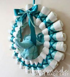 diaper wreath instructions rolled diapers for chic style Homemade Baby Shower Gifts 800 X 882 pixels Diy Baby Shower Decorations, Baby Shower Crafts, Baby Shower Centerpieces, Centerpiece Ideas, Baby Shower Wreaths, Dorm Decorations, Christmas Decorations, Deco Baby Shower, Fiesta Baby Shower