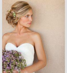 En Riomar fotógrafos nos gusta este elegante peinado de novia. http://riomarfotografosdeboda.com