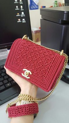 Bobble Stitch Handbag Crochet Pattern with Video Tutorial red purse Why spend money on simple bags, when you can make this bobble stitch handbag all by yourself. The place where construction meets design, beaded crochet is the act of using beads to embelD Crochet Backpack, Crochet Clutch, Crochet Handbags, Crochet Purses, Bead Crochet, Diy Crochet, Crochet Purse Patterns, Crochet Bag Tutorials, Knitting Patterns