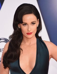 Kacey Musgraves paired bombshell waves + a bold crimson lip at the 2015 CMAs