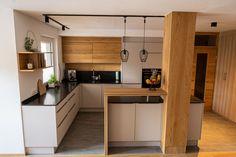 Das Element Holz findet sich in Kombination mit Grau in dieser Kundenküche wieder. #küchen #küchenideen #kücheninsel