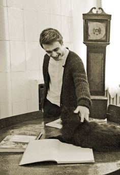 daniel radcliffe enthusiastically petting a cat. it doesn't get cuter than this. -isingtotheeexpelliarmus