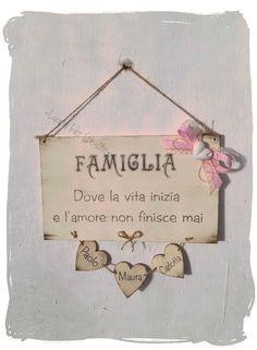 Targa famiglia personalizzata con nomi e cuori pendenti Crafts For Kids, Diy Crafts, Cake Logo, Country Paintings, Dremel, Home Decor Kitchen, Pyrography, Decoupage, Shabby Chic