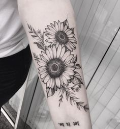 Pin de c g em tatoo sunflower tattoos, flower tattoos e tatt Sunflower Tattoo Sleeve, Sunflower Tattoo Shoulder, Sunflower Tattoo Small, Sunflower Tattoos, Sunflower Tattoo Design, Shoulder Tattoo, Sunflower Mandala Tattoo, Black Tattoos, Body Art Tattoos