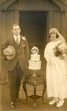 vintage wedding couple with wed cake <3