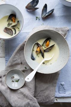 Look at this beautiful dish! Am I brave enough to cook mussels? How hard can it be! Jerusalem artichoke soup with steamed blue mussels :: Sonja Dahlgren/Dagmar's Kitchen Food Photography Styling, Food Styling, Jerusalem Artichoke Soup, Blue Mussel, Seafood Recipes, Food Inspiration, Love Food, The Best, Food Porn