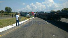 Ahora, en protesta por la detención de alrededor de 50 de sus compañeros que agredieron a las fuerzas del orden, los presuntos estudiantes secuestran camiones y bloquean la carretera ...