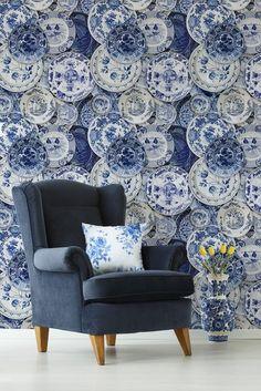 Mind the Gap Delftware Behang - Delftsblauwe Borden Behang - Luxury By Nature Modern Wallpaper, Home Wallpaper, Delft, Interior Styling, Interior Design, Bar Interior, Mind The Gap, Blue Pottery, Blue Plates