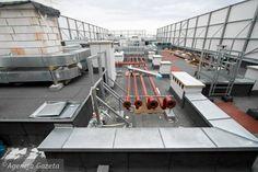 Dach jest pełen rur - od ciepła technologicznego i wentylacyjnych, przewodów i urządzeń