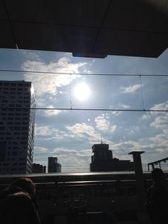Mijn genietmomentje van vandaag; in het zonnetje op het perron in Utrecht 30/365