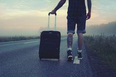 tatouage homme, voyager en autostop, route, arbres, temps nuageux, shorts homme, tatouage sur les jambes