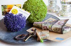 Plastová koule květu česneku se dá použít i jako netradiční dekorace. Například na vizitky nebo na jmenovky na stůl.