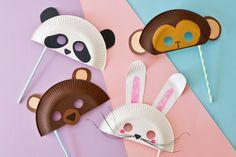 Diese Tiermasken sind wirklich ganz einfach selbst gemacht. Wir zeigen Ihnen, wie Sie Masken aus Papptellern basteln. Sie haben die Wahl: Bär, Panda, Häschen oder Äffchen? © vision net ag