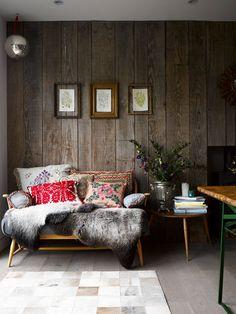 Gemütlich und bodenständig: Die besten Tipps, wie man den entspannten Wohnstil auch in einer Stadtwohnung einfach umsetzen kann.