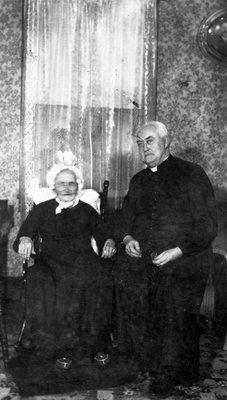 Collection Prescott-Russell en numérique: M. le Curé Hamelin et Mme Xavier Séguin.1948.