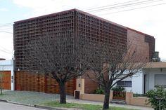 Construido por Francisco Cadau en Campana, Argentina con fecha 2003. Imagenes por Gustavo Sosa Pinilla . El proyecto se desarrolla en un lote de frente al sur y con jardín en el centro de la manzana.  La parcela se ubica p...