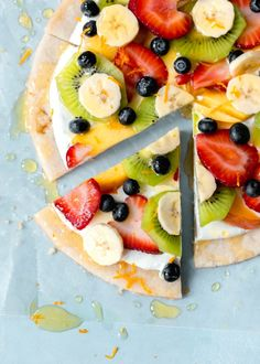 Fruit Pizza on a Sugar Cookie Crust. - How Sweet Eats Sugar Cookie Pizza, Pillsbury Sugar Cookies, Sugar Cookie Dough, Cookie Crust, Sugar Cookies Recipe, Grilled Desserts, Köstliche Desserts, Delicious Desserts, Dessert Recipes