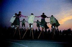 Les échassiers Landais. Découvrez les danses traditionnelles tous les lundis soirs en Juillet et Août, ou essayez les échasses avec eux ! Toutes les infos à l'Office de Tourisme www.biscarrosse.com