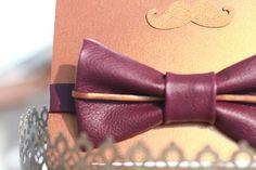 Nœud papillon en véritable cuir violet, liseré en cuir bronze