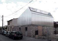 Chapa reflectante y muro desvastado, opaco; o mejor dicho: piedra estatica, volumen dinamico-, etereo. - M03 house renovation by BAST