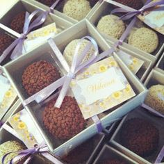 Formosa Casa: Ideias De Lembrancinhas De Casamento! Cookie Packaging, Food Packaging, Wedding Favours, Wedding Gifts, Neon Party, Truffles, Cake Pops, Bridesmaid Gifts, Cake Decorating