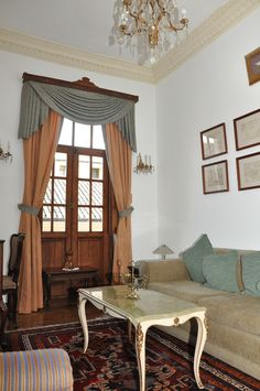 Geranios 1: A beautiful suite located in the republican style part of the house, with view over Calle Junin and its balconies full of geraniums, from which it takes its name. It has two double bronze beds and is decorated with furniture of the XIX Century belonging to the family.