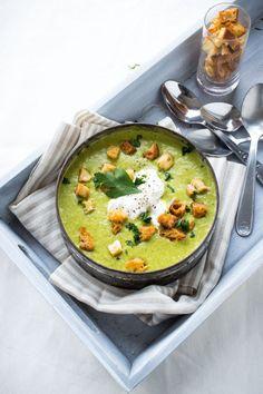 soupe de fanes de carottes au saint moret :Pour 2 personnes (4 si vous servez cela en entrée ou en accompagnement) : 1 botte de fanes de carottes1 oignon3 pommes de terre (pas trop grosses)1 cuillère à café de curcuma1/2 cuillère à café de cumin150 g de Saint Môret®Huile d'olive70 cl de bouillon de légumes (ou de volaille)Sel/poivre1 bout de baguette (même rassis, c'est pour les croûtons)