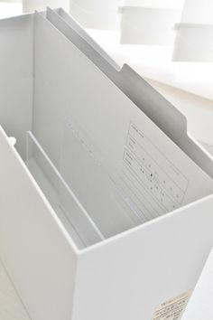 これを無印良品のファイルボックスの中に入れて使いますが、取り出す時にほかのファイルが崩れてしまわないように、アクリル製の仕切りスタンドを中に入れておきます。
