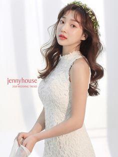제니하우스 2018 셀프웨딩 | 김신아 긴머리 웨이브 헤어 메이크업 스타일 Korean Wedding Hair, Short Wedding Hair, Bridal Make Up, Bridal Looks, Bridal Style, Beach Wedding Aisles, Wedding Bride, Wedding Dresses, Bridal Hairdo