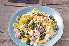 Bandnudeln mit frischem Spinat und Lachs Tagliatelle with fresh spinach and salmon – delicious and healthy with fresh ingredients Salmon Recipes, Pasta Recipes, Beef Recipes, Shrimp Recipes, Cooking Recipes, Salmon Pasta, Healthy Dessert Recipes, Clean Eating Recipes, Dining