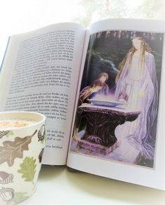 Bokhyllan: Chai latte och en titt i Galadriels spegel för den...
