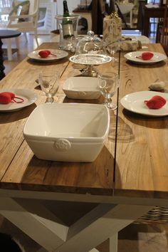 Kierrätystiikistä valmistettu ruokapöytä talven kattauksella.