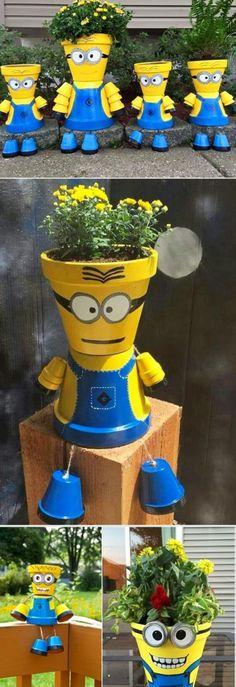 les Minions réalisés avec des pots peints en jaune et bleu, plantes fleuries en jaune, décorer son jardin avec des objets récupérés