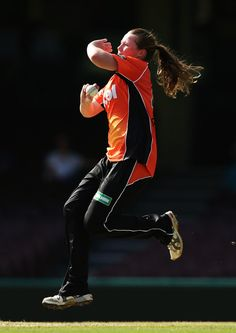 Anya Shrubsole of the Scorchers bowls during the Women's Big Bash League match between the Sydney Sixers and the Perth Scorchers at Sydney Cricket Ground on January 9, 2017 in Sydney, Australia.