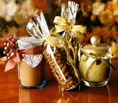 Homemade gifts in a jar make thoughtful and inexpensive homemade gift ideas. If you start with a quality gift jar recipe, you'll end up with a homemade gift that is cute, fun and declicious! Christmas Food Gifts, Diy Holiday Gifts, Homemade Christmas Gifts, Holiday Crafts, Christmas Ideas, Christmas Presents, Holiday Ideas, Christmas Jars, Christmas Bells