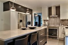 Cuisine contemporaine réalisée par Richard & Levesque design Chantale Lahaye (veijoh) Kitchen Dining, Kitchen Cabinets, Dining Room, Kitchen Accessories, Decoration, Beautiful Homes, Sweet Home, Interior, Design