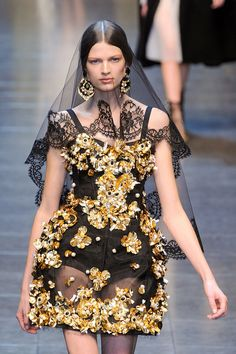 LIKE THE VEIL I WANT ONE OF THESE WHEN I GET MARRY.  Dolce & Gabbana Fall 2012