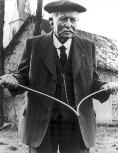 """La technique du sourcier, nommé """"radiesthésie"""", est employée pour localiser la nappe phréatique. Elle se pratique encore aujourd'hui malgré l'incompréhension scientifique. - Charles Zumstein (1866-1963)"""