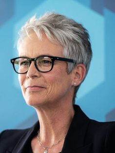 Jamie Lee Curtis Opens Up About Her History With Opioid Addiction Hairdos For Short Hair, Messy Short Hair, Short Grey Hair, Mom Hairstyles, Short Hair With Layers, Girl Short Hair, Short Hair Cuts, Short Hair Styles, Jamie Lee Curtis Haircut