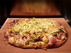 Plaatpizza met gebakken prei, ham en ui