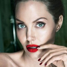 Vanity Fair September 2017 Angelina Jolie by Mert & Marcus - Fashion Editorials Angelina Jolie 2017, Angelina Jolie Makeup, Tomb Raider Angelina Jolie, Adam Campbell, Alas Marcus Piggott, Celebrity Faces, Celebrity News, Celebrity Style, Thing 1