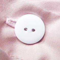 Het Dahlia Blush dekbedovertrek heeft een uitvouwbare instopstrook. Dit betekent dat je zelf kan bepalen of je met of zonder instopstrook slaapt. Ook heeft het overtrek een knoopsluiting, die je naar wens ook kan afdekken (volledig of slechts enkele knopen), mocht je er liever geen gebruik van maken. Heeft jouw dekbed een lint in iedere hoek? Bind deze dan vast aan de linten in het dekbedovertrek, zodat het dekbed gemakkelijk in het overtrek geplaatst wordt en stevig erin blijft zitten…