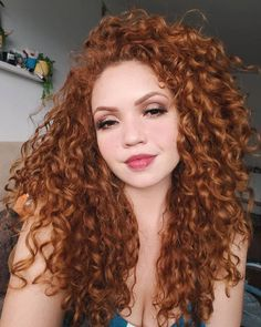 32 hair styling suggestions for curly red hair What do you say we take a look at our special hairstyle suggestions? Everyone is fascinated by natural red hair, and when you add … Red hair Curly Hair With Bangs, Colored Curly Hair, Short Curly Hair, Hairstyles With Bangs, Braided Hairstyles, Curly Hair Styles, Natural Hair Styles, Curly Ginger Hair, Super Curly Hair
